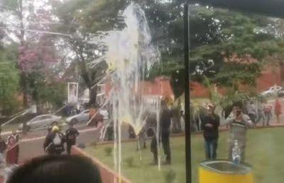 A huevazos escrachan a concejala colorada de Presidente Franco