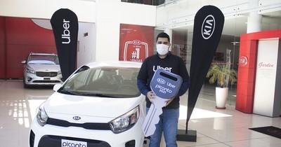 La Nación / Ganador del concurso de Kia y Uber ya recibió su Picanto