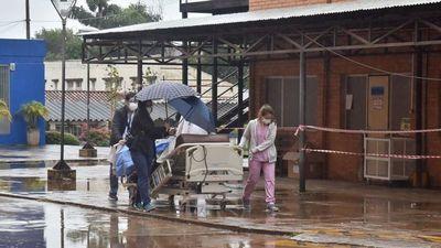 Pacientes fueron trasladados bajo la lluvia y a merced del frío  en  Clínicas