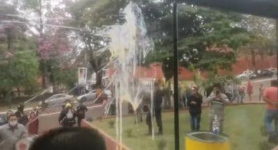 A huevazos escracharon a una concejala colorada de Presidente Franco