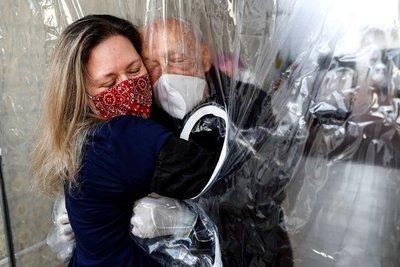 Al menos 33 ancianos ya vacunados se contagiaron de covid-19 en un geriátrico de Brasil