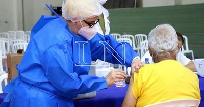 La Nación / Reconocen que vacunas podrían no alcanzar para todos los mayores de 70 años