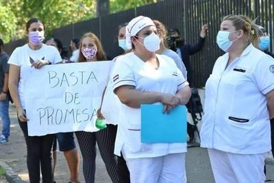 Enfermeros recuerdan a sus caídos a causa del Covid y exigen mejoras laborales