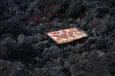 En Guatemala, cocinan una pizza con el calor de un volcán