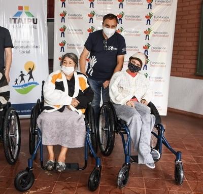 Dpto. de Caaguazú: Entregan sillas de rueda a personas con discapacidad