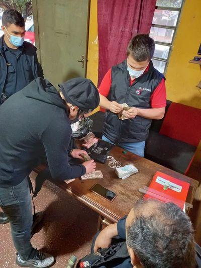 Hombre fue hallado en la vía pública durmiendo con una mochila repleta de dinero