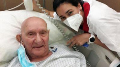 Enfermera paraguaya compartió y cantó con Nicola Di Bari