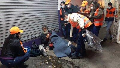 En la fría noche, la SEN asistió a 30 personas en situación de calle