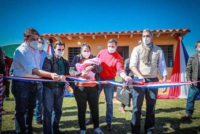 Mandatario entregó viviendas y anuncia la construcción de más soluciones habitacionales