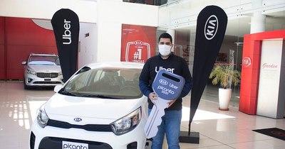 La Nación / Uber y Kia entregaron un auto 0 km al ganador de concurso