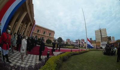 Con el izamiento de nuestra bandera tricolor Paraguay celebra 210 años de independencia