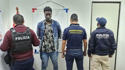 Expulsan del país a ciudadano senegalés por usar pasaporte falso