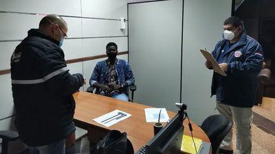 Migraciones expulsa del país a un senegalés con pasaporte falso