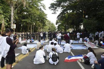 Médicos protestan en zona de Mburuvicha Róga y anuncian que se encadenarán si no obtienen respuestas