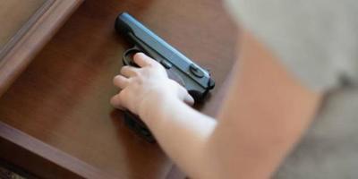 ¡Están vivos! Niño de apenas 2 años le dispara a sus padres en Estados Unidos