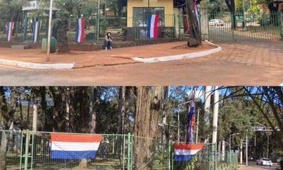 Municipalidad de CDE adornada con banderas de Francia