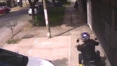 Video: corrió en círculo de  motochorro y con gritos  abortó el asalto