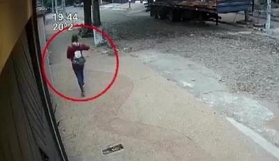 Joven fue perseguida por un motochorro en Lambaré