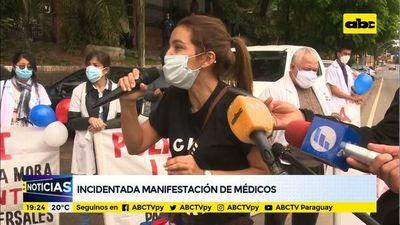 Incidentes entre policías y médicos durante manifestación