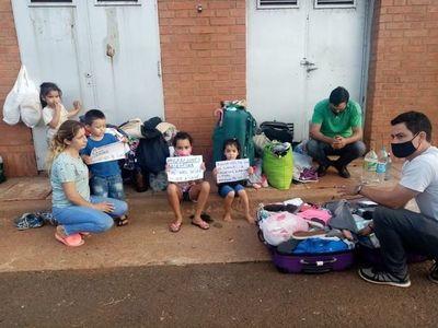 Argentinos varados en la cabecera del Puente Internacional
