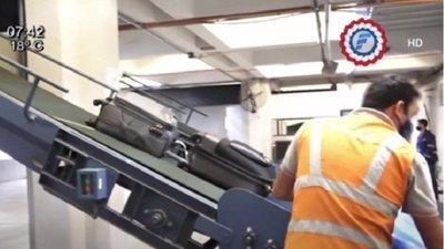 Cargaron cocaína en la maleta en la bodega del avión, sospechan
