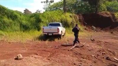 Encuentran abandonada camioneta robada en asalto en Yatytay