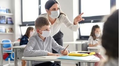 Los CDC recomendaron que en las escuelas de EEUU se sigan usando mascarillas
