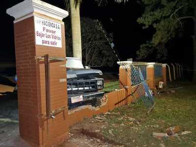Ebrio al volante derrumba muralla de empresa en Domingo Martínez de Irala