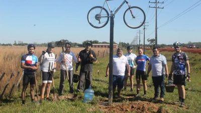 Construyen un altar de bicleta en honor a ciclista arrollado