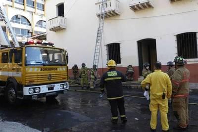 Controlan principio de incendio en la Catedral Metropolitana