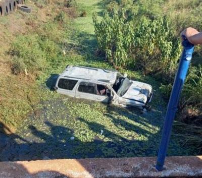 Vehículo cae a desague pluvial y conductor muere