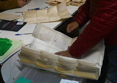 Chilenos votan por candidatos no alineados con partidos políticos