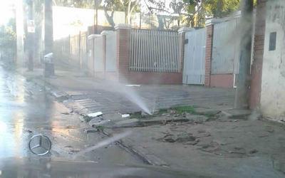 Nenecho dispara a Essap por caños rotos que revientancalles de Asunción (Video)