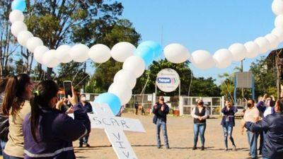Lanzan rosario de globos al cielo en honor a ciclista fallecido