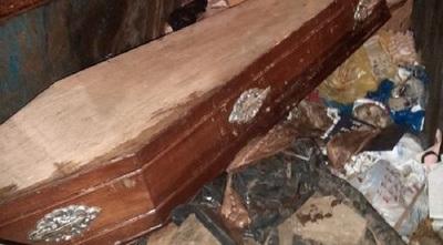 ¡Macabro hallazgo! Encuentran ataúd tirado en un contenedor al lado de la Catedral de Asunción