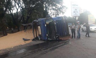 Camión cargado de granos de maíz vuelca tras esquivar a un automóvil – Diario TNPRESS