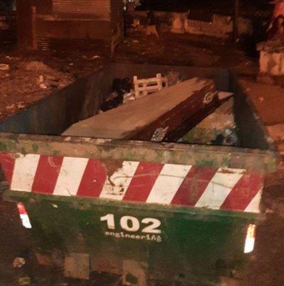 Hallan en contenedor un ataúd con restos de piel y fluidos en pleno microcentro de Asunción