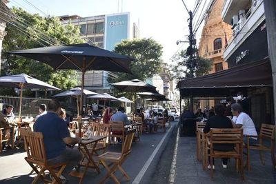 Restaurantes en las calles: gremio lamenta incumplimiento de protocolo por parte de locales nocturnos