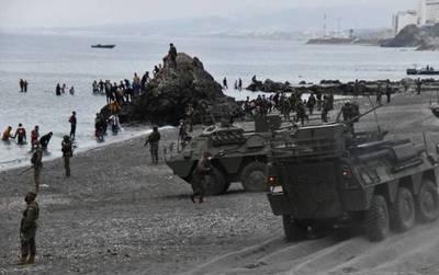 Miles de inmigrantes cruzan la frontera desde Marruecos y España despliega el ejército