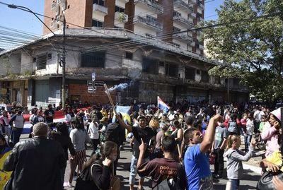 Organizaciones sociales presionan para mantener  despilfarro con US$ 47 millones con protestas