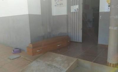Abandonan un ataúd en una USF para exigir certificado de defunción