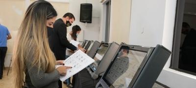 Agrupaciones políticas realizan auditoría de pantalla de las máquinas de votación