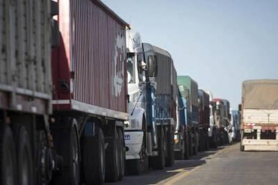 Camioneros piden que Gobierno regule precios de combustibles