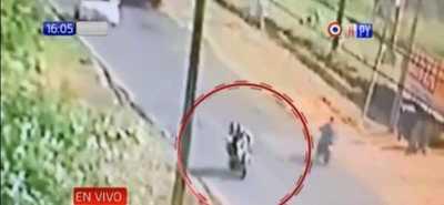 ¡Cobarde! Captan a un hombre que golpeó a una mujer mientras conducía una moto