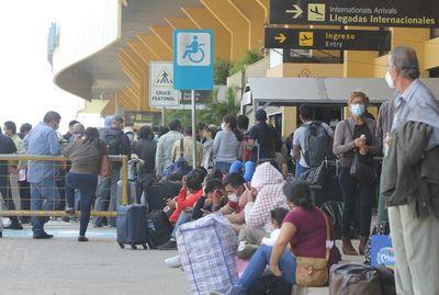 Los aeropuertos bolivianos no operan por una huelga de sus trabajadores