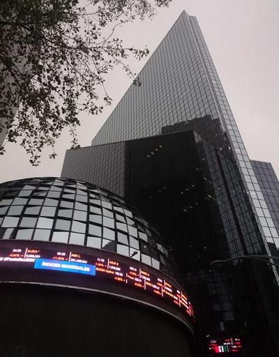 Bolsa mexicana gana 1,06 % con empuje de sectores financiero y comunicaciones