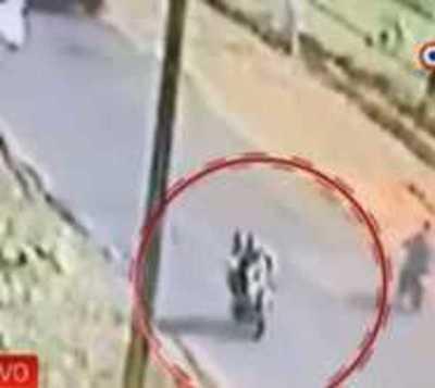 Fiscalía busca a motociclista que golpeaba a una mujer