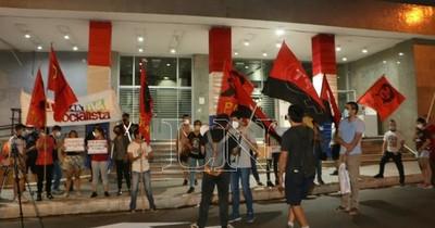 La Nación / Ciudadanos se movilizan contra suba del pasaje frente al MOPC