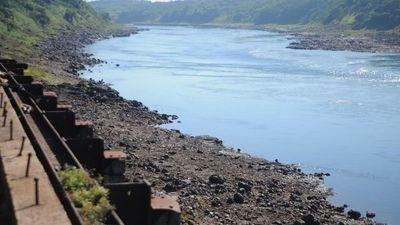 Impresiona la bajante del río Paraná en la zona de las Tres Fronteras