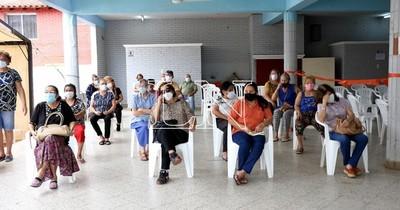 La Nación / Reanudan vacunación en Barrio Obrero tras agotar dosis este mediodía